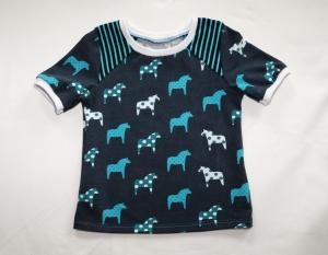 T-Shirt Gr. 110/116 dunkelblau mit Pferden und Schulterpasse - Handarbeit kaufen