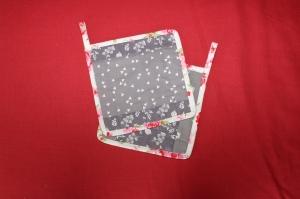 Topflappen – Set Patchwork grau-weiß mit rot - rose - Handarbeit kaufen