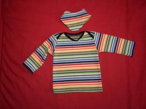 Baby-Shirt Gr. 62/68 mit Wendehalstuch mit bunten Streifen - Handarbeit kaufen
