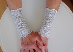 Armstulpen Handstulpen elastische Spitze silbergrau - Handarbeit kaufen