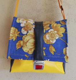 Taschen aus Luftmatratze und LKW Plane mit Blumenmuster aus dem letzten Jahrtausend, jede REH. Tasche ist ein Unikat!
