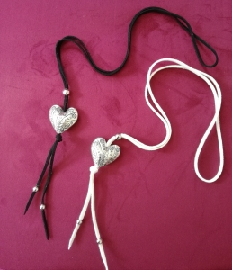 Kette, Herz, Veloursband, Trachtenkette, Endloskette, Tracht, Halskette, Dirndlkette, Dirndl, Schwarz, Weiß, Perlen, Velour, Halsschmuck - Handarbeit kaufen