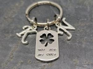 Personalisierter Schlüsselanhänger, 2 Buchstaben, Kleeblatt, you are my only, Paar Anhänger, Geschenk Freund, Geschenk Freundin - Handarbeit kaufen