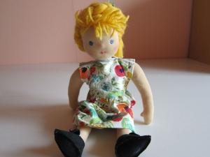 Stoff Puppe mit Zopf, Amelia, Mohnblumen Kleid, Waldorf Stil,  (34,5 cm),  - Handarbeit kaufen
