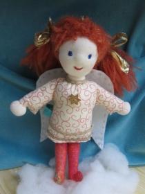 Schutzengel Puppe, Stoff Engelchen mit weiße Flügel, Poppy mit den Roten haare, Waldorf Stil, Künstler Puppe, 24 cm Filz Flügel Vorbestellen - Handarbeit kaufen