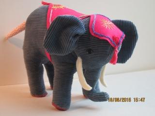 Chico Stoff Elephant trompetet seiner Ankunft! Grösse 20 x 25 cm, Gestickted Decke, Orange Innen Ohrläppchen, weisse Stoß Zähne - Handarbeit kaufen