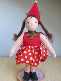 Stoffpuppe, Puppenkind Kiki Erdbeere Mädchen  mit braune Zöpfe, Zipfel Mütze, und rot getupftes Erdbeer Kleid, Puppe in Waldorfstil  - Handarbeit kaufen