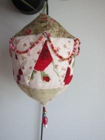 Roses and Spice Stoff Bällchen Stoffanhänger mit Perlen , Kleinod, Mutterstag, Weihnachten, Ostern, Valentin's Tag, Geschenk, Deco - Handarbeit kaufen