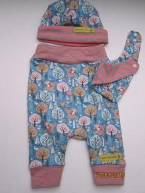 Neugeborene Öko-Pumphose, Mütze und Wendehalstuch Igel auf hell blauen Hintergrund Set für Babies 56. In verschieden Größen bestellbar  - Handarbeit kaufen