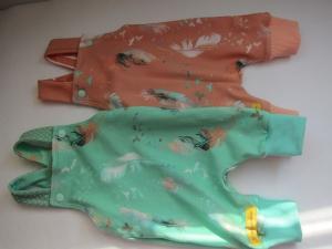 Frühchen Strampler orange Federn für Babies buntes Gr 48-52 Baby Strampler, Neugeborn  - Handarbeit kaufen