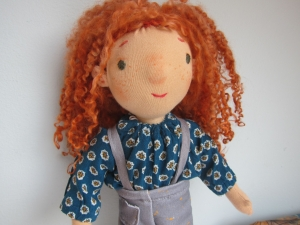 Handgenähte Stoff Puppe, Posy mit ihre Enten Freunde  Waldorf Stil, 31 cm echte Titzian rote Schafslocken - Handarbeit kaufen