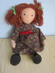 Handgenähte Stoff Puppe, Maddy im Kord Minifleur Kleid mit roter Samt Schleife mit braune Haare Waldorf Stil, (33 cm)