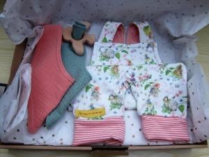 Babies Strampler Set besteht aus Strampler und zwei Musselin Tücher in rosa öko Jersey Gr. 56-64 (1-3 mo). - Handarbeit kaufen