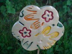 Hnadgetöpferter Gartenstecker aus Keramik