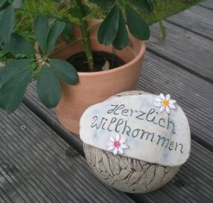 Keramik Gartenkugel blau mit Aufschrift Herzlich Willkommen Frostfest!