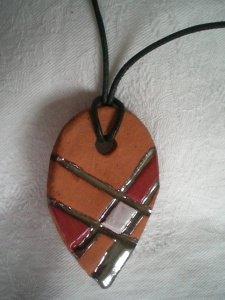 Keramik Schmuckanhänger mit Kunstlederband