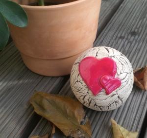 Keramik Gartenkugel Gartendekoration mit Herzen