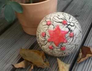 Keramik Gartenkugel Sternin der Farbe Rot  FROSTFEST