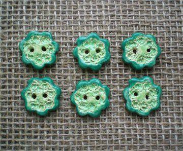 Sechs schöne Knöpfe aus Keramik in Form einer Blume grün