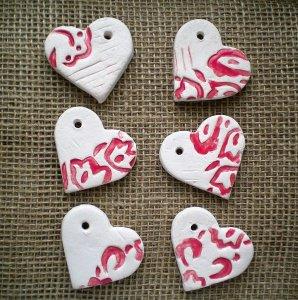 Tischdeko bestehend aus sechs Keramik Herzen rot