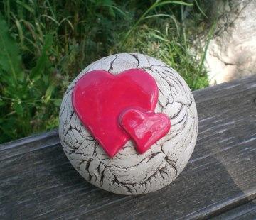 Keramik Gartenkugel mit Herzen ein Hingucker in jedem Garten