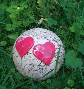 Keramik Gartenkugel groß mit zwei Herzen, ein Hingucker in jedem Garten