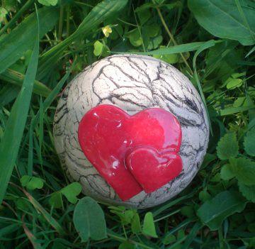 Gartenkugel klein mit Herzen, die perfekte Gartendekoration mit Herz