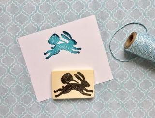 handgeschnitzter Stempel springender Hase mit Umhängetasche, Weihnachtstempel, Briefstempel, Poststempel, Büro Stempel,DIY, Kartengestaltung