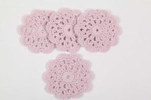4 gehäkelte Tassenuntersetzer in Blumenform; romantisches Tischset in rosa oder pastell-gemischt - Handarbeit kaufen