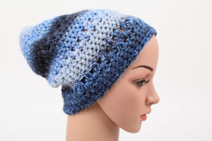 kuschelig warme Häkelmütze Mütze Wintermütze für Damen Beanie mit Degrade-Effekt in Blau - Handarbeit kaufen
