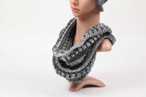 Häkelloop aus warmer Wolle - perfekt für die kalten Tage gehäkelt im Fantasiemuster Degrade-Effekt - Handarbeit kaufen