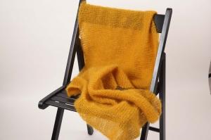 XL Stola gehäkelt federleicht: Wolle mit Mohair und Seide Schultertuch, Häkelschal im angesagten Senf-Ton
