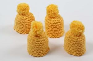 süße Eierwärmer im 4er Set als Mütze gehäkelt in Gelb schöne Frühlingsfarbe