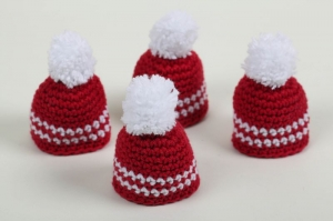 süße Eierwärmer im 4er Set als Nikolaus-Mütze gehäkelt in rot weiß - Handarbeit kaufen