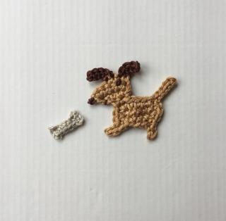 Mini-Hündchen mit Knochen, von Hand gehäkelter Aufnäher