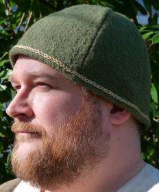 mittelalterliche Mütze aus grünem gewalktem Wollstrick mit gesticktem Band