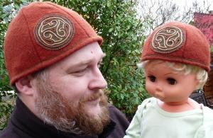 Mittelaltermarkt taugliche Vater-Sohn-Mützen mit Stickereien