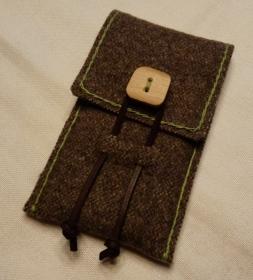 Rustikale Handyhülle aus Gebirgsloden mit Holzknopf