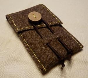 Rustikale Handyhülle aus Gebirgsloden mit Holzknopf - Handarbeit kaufen