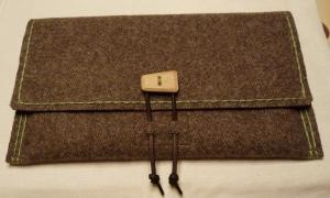Rustikale Tablet Hülle aus Gebirgsloden mit Ahorn-Knopf - Handarbeit kaufen