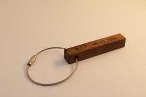 Schöner Schlüsselanhänger aus Holz  | Nussbaum | mit 1-Seitiger Wunschbeschriftung  zum Geburtstag, als Gastgeschenk oder zu Weihnachten