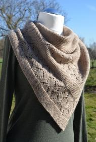 Schultertuch /        Dreieckstuch  SAND aus Alpaka und Merino Wolle handgestrickt in natur Farbton