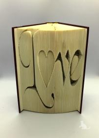 gefaltetes Buch mit Schrift ♥ Love ♥ mit festem Einband und Originalbuchtitel kaufen