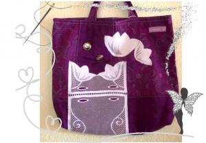 Einzigartige handgenähte Stofftasche mit lila Rankenmotiv und Spitzenstoff