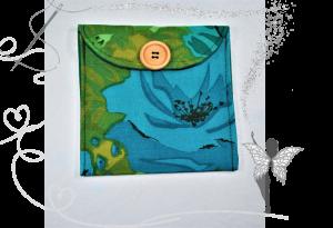 Praktische,schöne Maskentasche,Maskenetui,grün-türkis,mit Holzknopf,floral