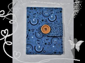 Handgemachte Impfpasshülle mit Holzknopf,blau mit Kreisen und Punkten - Handarbeit kaufen
