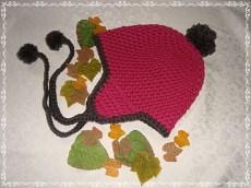 Ohrenklappen-Mütze mit Bändchen + Pompoms