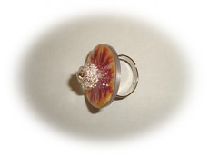 Handearbeiteter Ring mit Perle