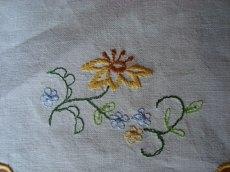 Kleines Deckchen mit Stickerei