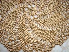 Rundes Deckchen in gold, handgehäkelt